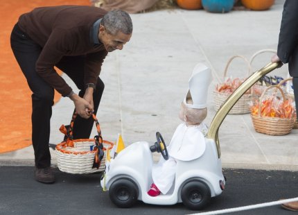 obama-laughs-baby-dressed-pope-gives-him-top-prize